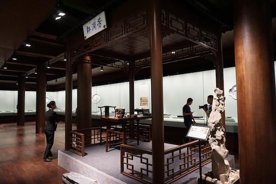 展厅内布景 根据《旻宁行乐图》中所绘亭景所建