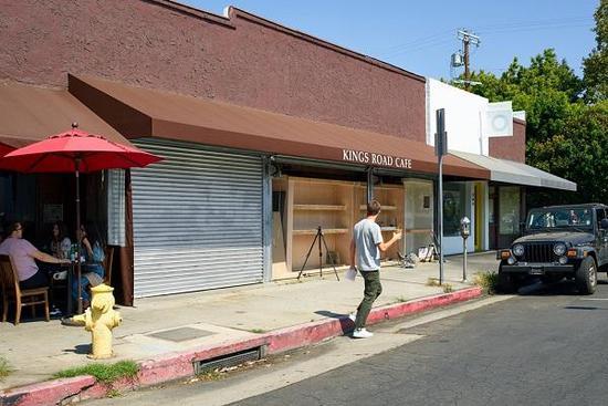 洛杉矶西好莱坞国王路上,昔日报摊被改造成街边艺术展台。