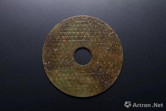 Lot 1905 清 吴大澂旧藏青玉蒲璧及《古玉图考》两册 D:10.5cm