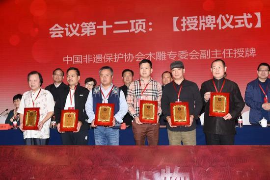 ▲副主任郑国明、辜柳希、吴尧辉、段四兴、梁俊锋、马锦胜授牌仪式