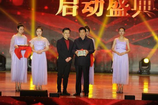 (中国教育电视台频管中心主任李红根代表《诗意中国》节目组向怀仁赠送100集《诗意中国》节目)