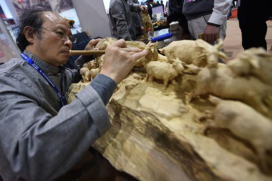 木雕。2016年4月27日,浙江省金华市,工匠现场表演非遗项目——东阳木雕。视觉中国 图