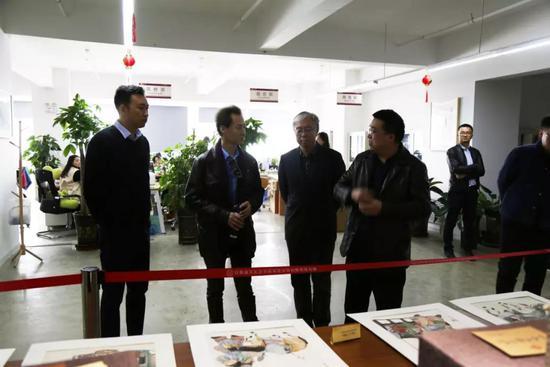温新续向李军等介绍甘肃文交中心文化艺术品交易业务