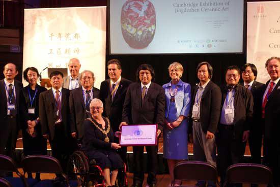 校长宁钢与剑桥市市长Gerri Bird共同为景德镇陶瓷大学剑桥陶瓷艺术研究中心揭牌