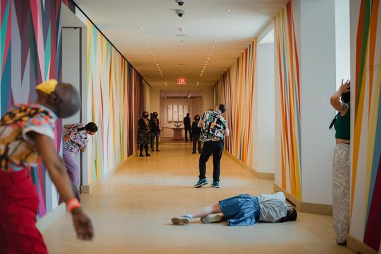 "群展""新勇气""中的行为艺术作品《花园:看不见的树枝》Hannah Yoon for The New York Times"