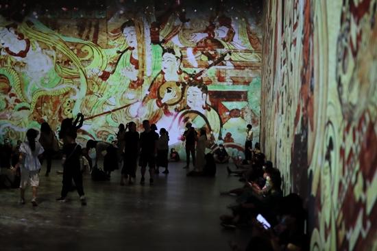 北京,《遇见敦煌·光影艺术展》展厅内。视觉中国供图
