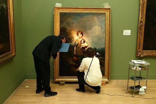 """""""泰特不列颠""""的工作人员正在验视托马斯·庚斯博罗的肖像画作品"""