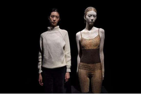 布鲁诺为浙江美术馆展览特别驻地以中国女子项偞婧(左)为模特创作的木雕作品
