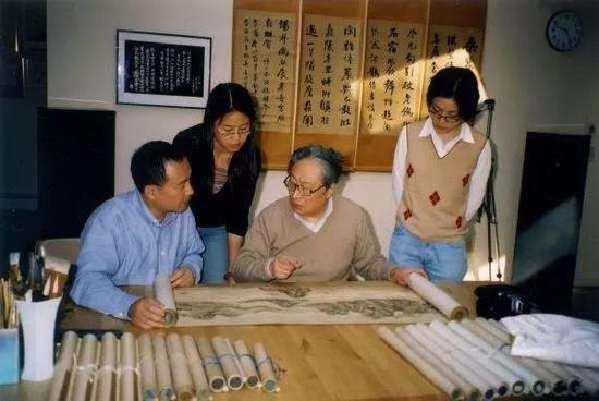 艺术史系学者白谦慎与学生在翁万戈家里观摩《长江万里图》。
