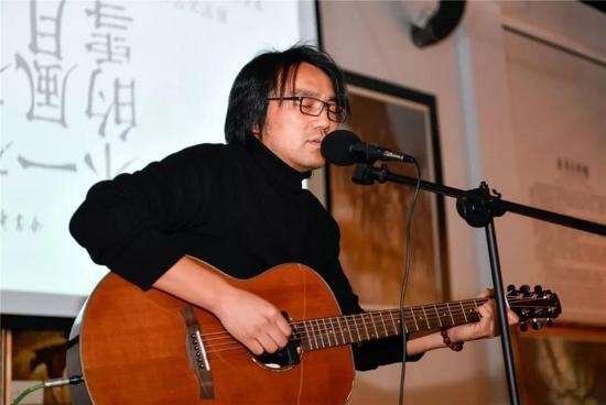 ▲杨建锋自弹自唱,送给现场所有人一首禅意满满的歌曲