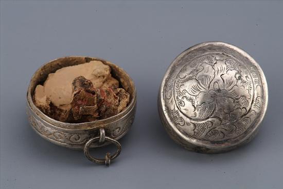 图一 M6:6 牡丹纹圆胭脂银盒