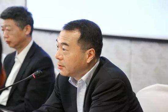 上海申泉工贸有限公司董事长、委员魏春华先生主持会议