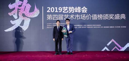 中国拍卖行业协会会长黄小坚为获奖企业颁奖