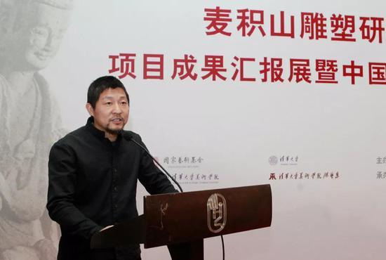 项目负责人、雕塑系陈辉教授主持开幕式