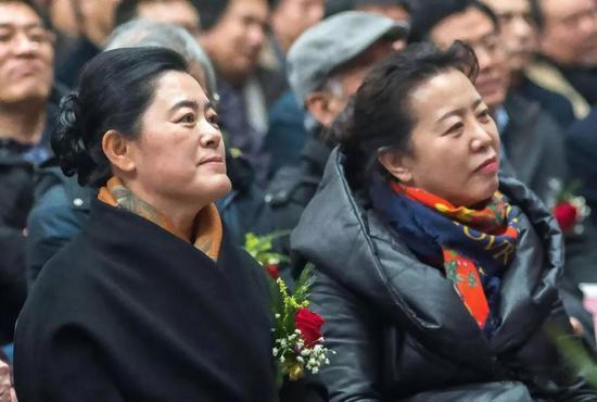 中共盘锦市委常委宣传部长 冯英,辽宁省美术家协会主席 王易霓出席开幕式