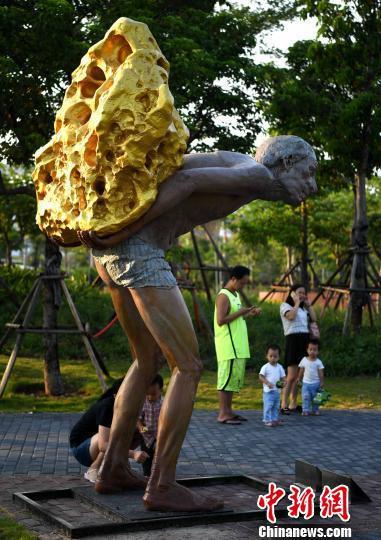 图为艺术家创作的雕塑作品《镀金的假山》。 张斌 摄