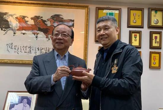 徐建元董事长与国民党荣誉主席、蒋介石孙子蒋孝严(左)