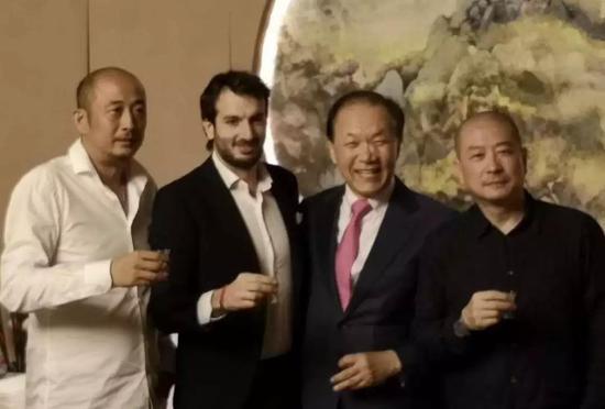 左起:国寿嘉园·逸境总经理庄东辉先生、意大利文化艺术中心代表卢卡先生、韩国前国家副总理黄祐吕先生、艺术家傅榆翔先生