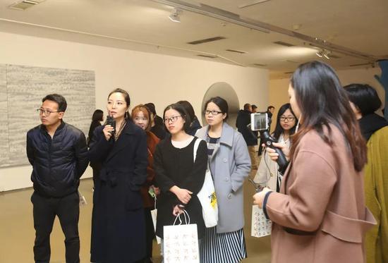 ▲ 本次展览的项目主持、评议人之一刘燕女士现场导览