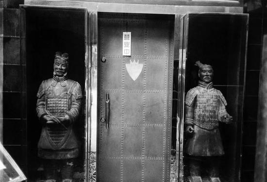 与荒诞同行:读王耀东的摄影《有点荒唐》