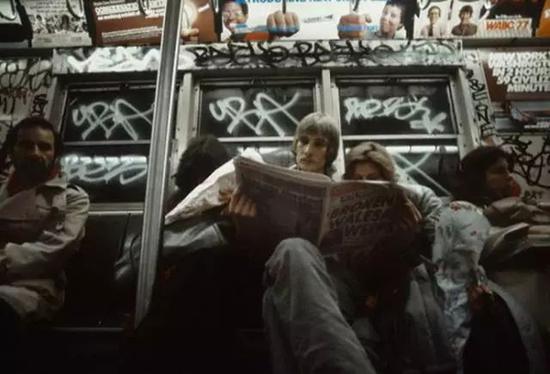 ▲ 早年在纽约地铁中,车窗和顶部都被涂鸦占据