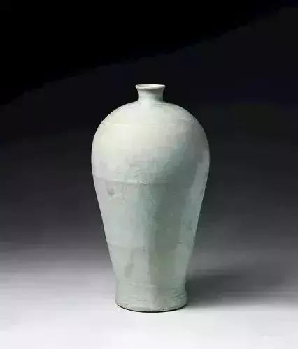 青白釉云龙纹梅瓶
