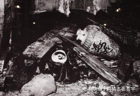 这是汉白玉棺床一侧的陪葬品,由于年代久远,支架已经腐朽,文物散落一地。
