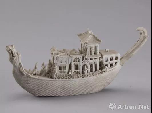▲素胎镂雕瓷楼宇人物龙船