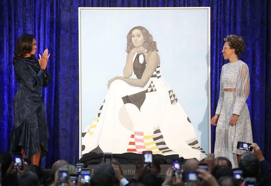 美国前第一夫人米歇尔·奥巴马(左)及艺术家埃米·谢拉尔德在史密森尼学会国家肖像馆揭开她的肖像作品。图片:Mark Wilson/Getty Images