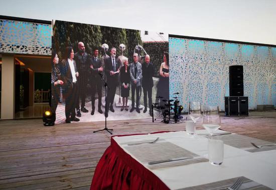 晚宴现场,荧幕上循环播放外星人在意大利的三场巡展