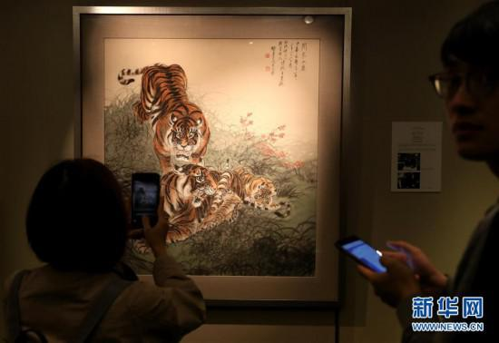 3月7日,媒体工作者在参观拍摄张善子的《合家全庆》。新华社记者 李钢 摄