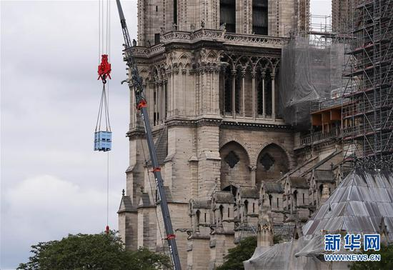 法国巴黎圣母院于8日开始拆除去年大火中被焚的脚手架