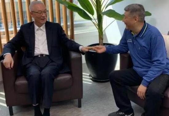 徐建元(右)董事长和中国国民党主席吴敦义交流紫砂文化