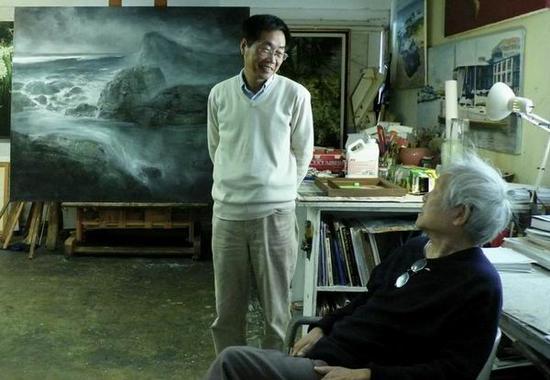 作者(左)在潘其流画室