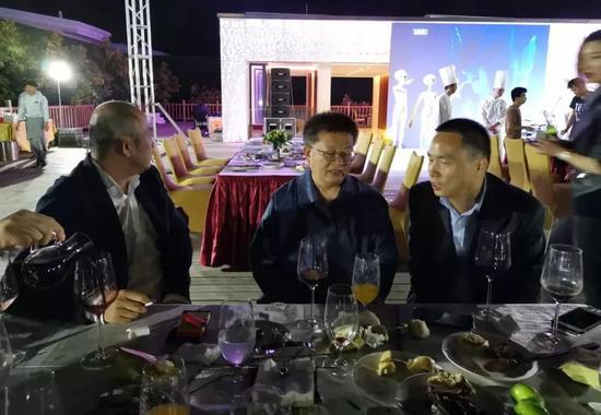 文建军先生与曾来德先生正在畅谈国寿嘉园·逸境艺术中心今后的发展