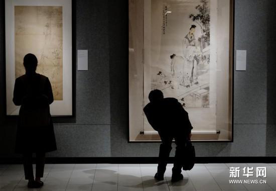 3月20日,观众在香港中文大学文物馆参观展出画作。