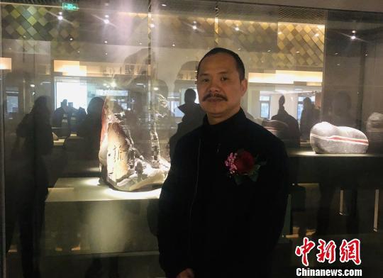 中国工艺美术大师、中国玉石雕刻大师潘成松 潘沁文 摄