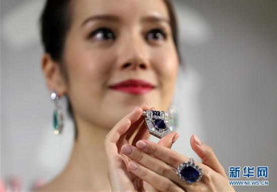 3月11日,模特展示珠宝拍品。新华社记者李钢摄