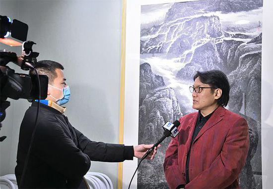 苏华美术馆馆长王苏华现场接受央视书画频道采访