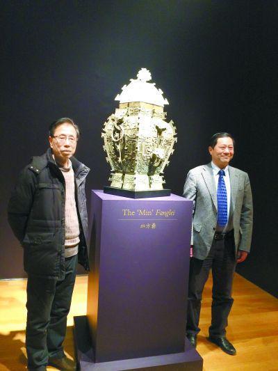 湖南省博物馆两任馆长熊传薪(左)陈建明(右)见证皿方�与3D打印模具合体。