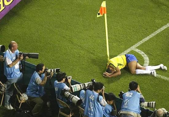 2002年,巴西球员里瓦尔多夸张的假摔。