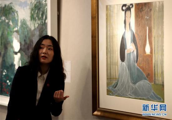 3月11日,工作人员在介绍一件绘画拍品。新华社记者李钢摄