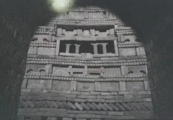 """图5 敦煌晋墓中的砖雕和""""灵座"""""""