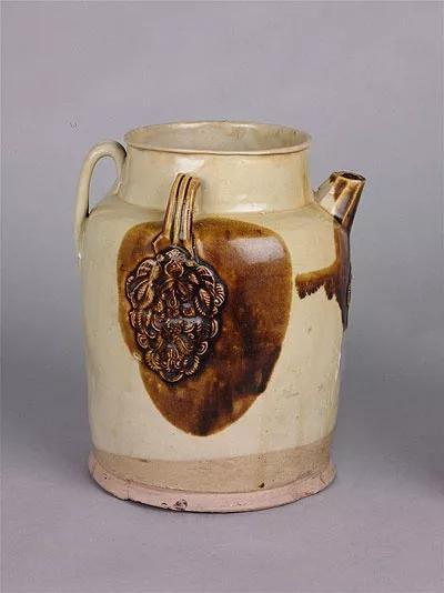 唐长沙窑青釉褐斑贴花椰枣纹瓷壶