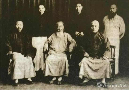 附图4。曾熙(前排中)与张大千(后排右一)、王个簃(后排中)等友人合影