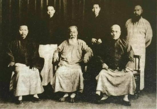 图2.1929—1930年曾熙(前排中)与张大千(后排右一)、王个簃(后排中)等友人合影