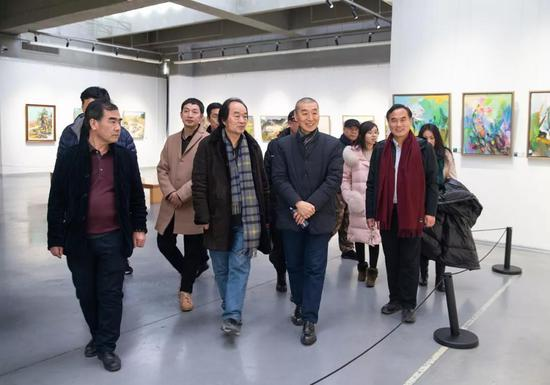 中国美术家协会顾问、鲁迅美术学院名誉院长、著名油画家韦尔申和中共盘锦市委常委秘书长姜冰参观展览