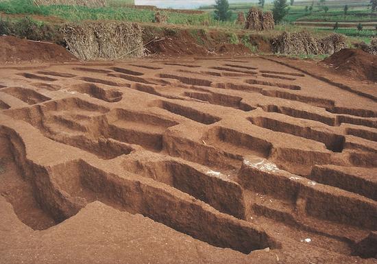 可乐夜郎时期墓地发掘现场