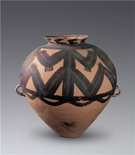 马厂类型·变体神人纹彩陶罐,甘肃省博物馆藏