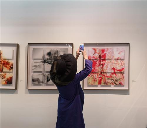 观众对傅文俊的数绘摄影有着很大的兴趣